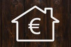 有里面欧元的纸房子 背景黑色概念概念性费用房主房子图象挣的货币表示 库存照片