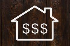 有里面美元的符号的纸房子 抽象概念性图象 免版税库存照片