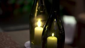 有里面蜡烛的装饰瓶 夹子 在瓶的美好的时髦的蜡烛 一个蜡烛在瓶烧 股票录像