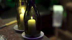 有里面蜡烛的装饰瓶 夹子 在瓶的美好的时髦的蜡烛 一个蜡烛在瓶烧 股票视频