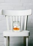 有里面金鱼的清楚的木盆 免版税图库摄影