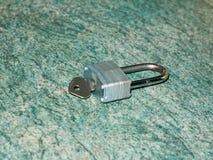 有里面钥匙的金属挂锁在柜台关闭孤立顶部 库存照片