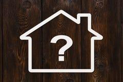 有里面问题标志的纸房子 抽象概念性图象 免版税图库摄影