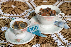 有里面巴西真正的金钱的茶杯 免版税库存照片