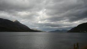 有重的云彩层数的强大蓝色海湾在北挪威秋天原野 影视素材