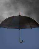有重的云彩的伞 免版税库存图片