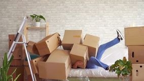 有重的箱子的人在他的手上丢失他的平衡和秋天在沙发缓慢的mo 股票视频