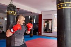 有重的袋子的拳击手 免版税图库摄影