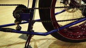 有重要人物的系统驱动被转换的自行车 影视素材