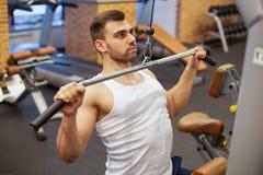 有重量训练的人在健身房设备体育俱乐部 免版税库存图片