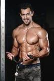 有重量训练的人在健身房设备体育俱乐部 库存图片