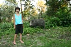 有野公猪的女孩 免版税库存图片