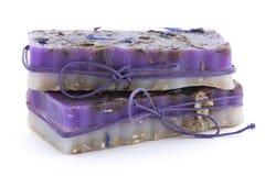 有野花的两块手工制造肥皂在白色背景 库存照片