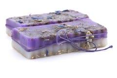 有野花的两块手工制造肥皂在白色背景 免版税图库摄影