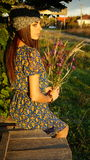 有野花的农夫女孩在村庄 库存照片