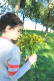 有野花的孩子 免版税图库摄影