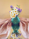 有野花的花瓶 库存图片