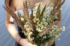 有野花花束的女孩  免版税库存照片