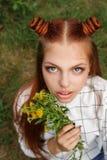有野花花束的青少年的女孩  库存照片