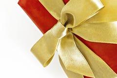 有金丝带的礼物红色被隔绝的箱子和弓 免版税库存照片