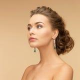 有金刚石和绿宝石耳环的妇女 免版税图库摄影