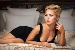 有金刚石珠宝的典雅的时髦的女人。 免版税图库摄影