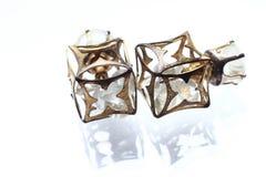 有金刚石的首饰小的耳环在白色珍珠 库存图片