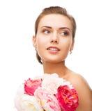 有金刚石耳环和花的妇女 免版税库存照片