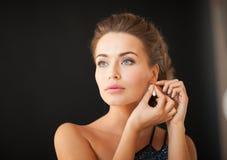 有金刚石耳环的妇女 免版税库存照片