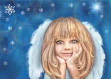 有金发和白色翼的愉快的微笑的天使女孩在与雪花的难看的东西蓝色背景 库存照片
