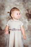 有金发和肥满面颊的美丽的小女孩 库存照片