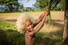 有金发和色的皮肤的男孩 免版税库存图片