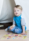 有金发和蓝眼睛的一个小可爱的男孩在池氏 免版税库存照片
