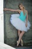 有金发的优美的舞蹈家在背景 免版税库存图片