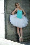 有金发的优美的舞蹈家在背景 库存照片