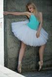 有金发的优美的舞蹈家在背景 库存图片