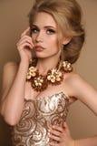 有金发的妇女和与豪华项链的明亮的构成 免版税图库摄影