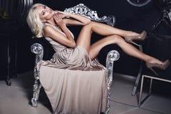 有金发的性感的女孩在豪华内部 免版税库存照片