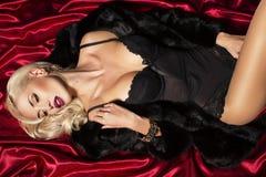 有金发的性感的妇女在女用贴身内衣裤 库存图片