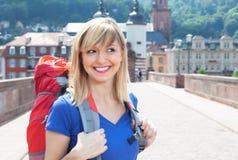 有金发的愉快的背包徒步旅行者在欧洲 免版税图库摄影