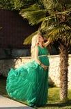 有金发的美丽的孕妇在庄重装束 图库摄影