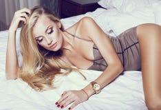 有金发的美丽的性感的女孩 免版税库存图片