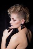 有金发的美丽的性感的少妇有与明亮的构成和时尚bizhuterieyker耳环和圆环, f的短的理发的 库存照片