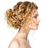 有金发碧眼的女人permed头发的女孩 免版税库存图片