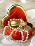 有金和珍珠珠宝的配件箱 免版税库存照片