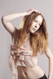 有金嘴唇的美丽的红色头发妇女 库存图片