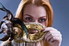 有金威尼斯式屏蔽的美丽的妇女 免版税库存照片