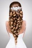 有金子构成的美丽的妇女 美好的新娘方式发型婚礼 库存图片