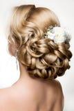 有金子构成的美丽的妇女 美好的新娘方式发型婚礼 免版税库存图片
