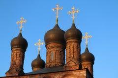 有金子的东正教在蓝天横渡 免版税图库摄影